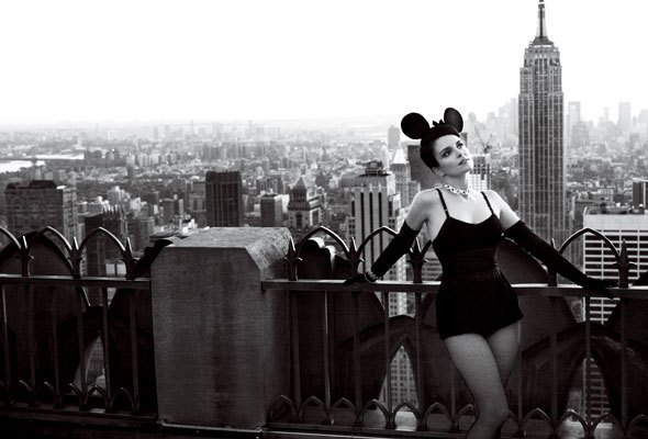 tina-fey-vogue-new-york-skyline-minnie-mouse-ears-590sc0212101