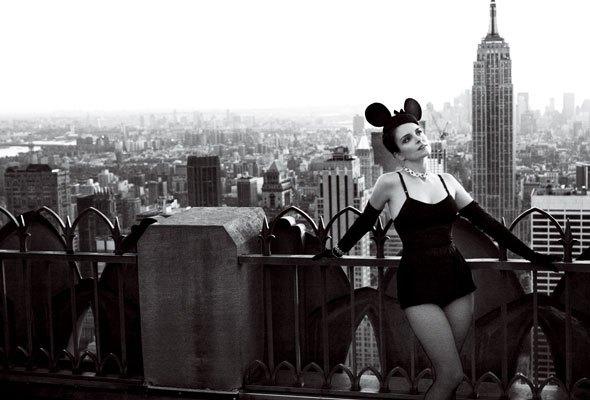 tina-fey-vogue-new-york-skyline-minnie-mouse-ears-590sc0212101